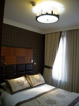 Arden Park Hotel: ...etwas dunkel. Lesen geht nur mit der Bettbeleuchtung