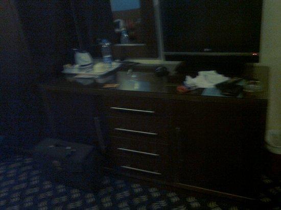 Royal Hotel & Suites: Sin zona de trabajo ni silla.