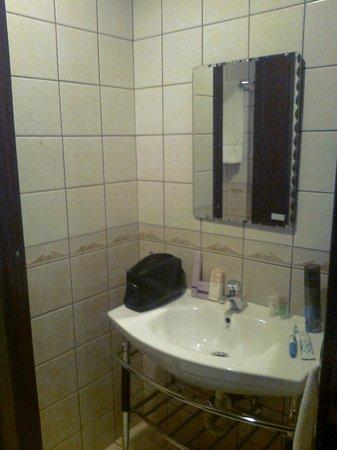 Royal Hotel & Suites : Mini lavabo sin tapón y sin luz extra