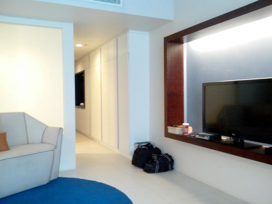 The Picasso Boutique Serviced Residences : living area and hallway leading to door