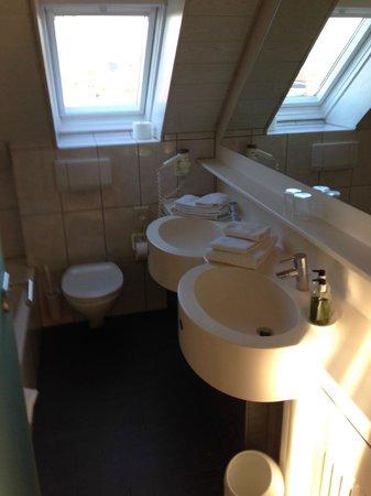 Hotel Traube am See: Bad Zimmer 401 - Wanne und Dusche links nicht im Bild.