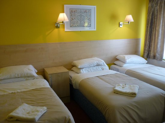 Acton Town Hotel: Triple room
