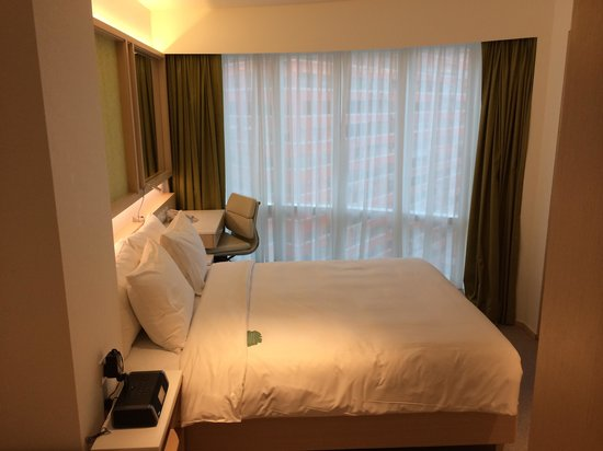 Eaton, Hong Kong: Family room - bedroom one - queen bed