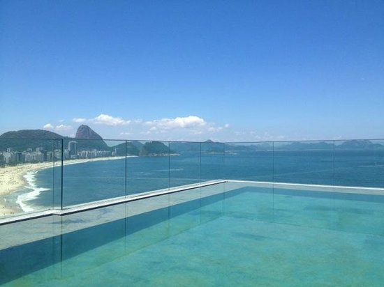 Miramar Hotel by Windsor : Roof top pool facing Cocacobana and Sugar Loaf.