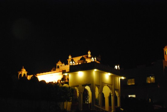 Le Meridien Jaipur Resort & Spa: Hotel looks resplendent at night