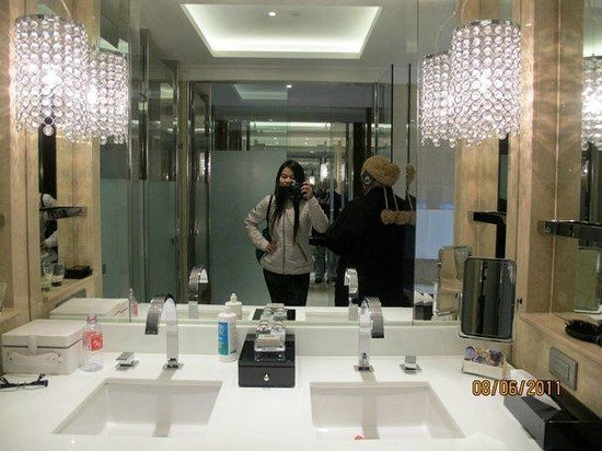 Crown Towers Melbourne: Hollywod glam bathroom