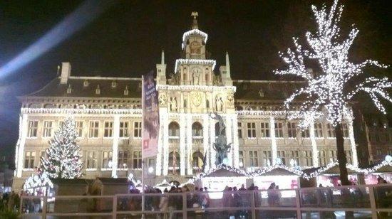 Town Hall (Stadhuis): Stadhuis bij avond