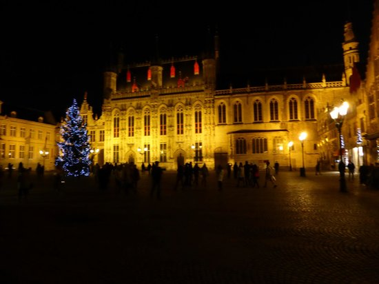 Crowne Plaza Brugge: Town Hall and Basillica of the Blood by night