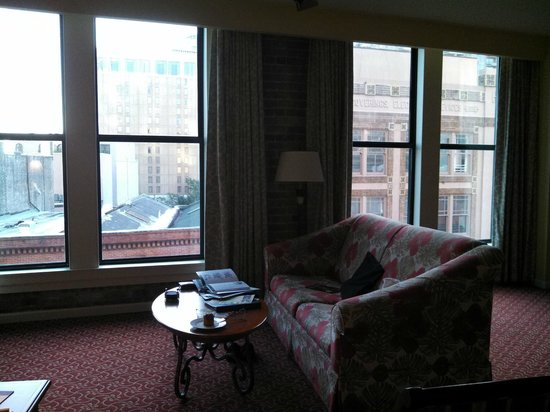 Wyndham La Belle Maison: love the huge windows and sunshine!
