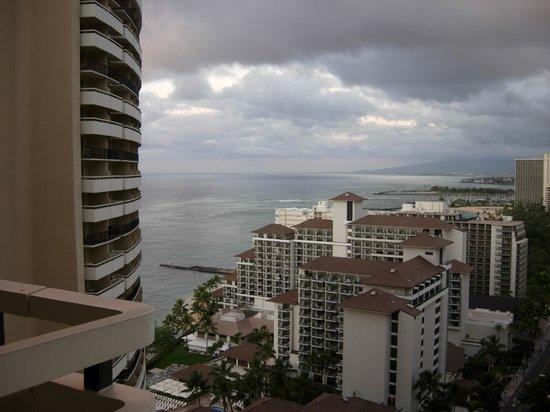 Sheraton Waikiki: これがオーシャンビューの部屋だってさ!!笑わせますね~ボッタクリ!!