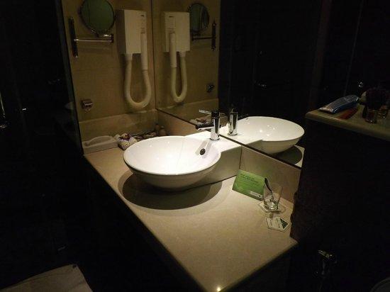 Royal Palms Beach Hotel : our bathroom basin - funky