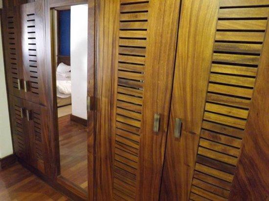 Royal Palms Beach Hotel : plenty of wardrobe space - I actually got some!