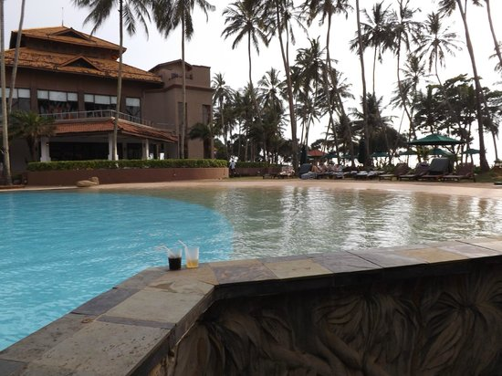 Royal Palms Beach Hotel : pool from the pool bar - spent a lot of time here - hic!