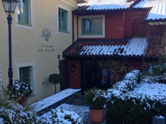 La Locanda della Maison Verte: neve all'ingresso