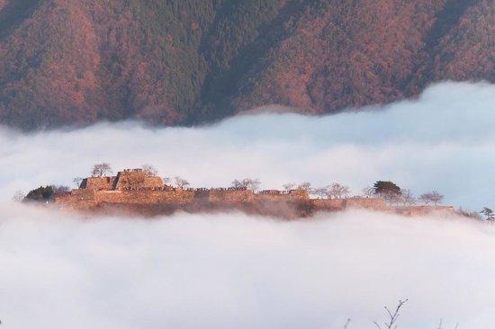 Takeda Castle Ruin : あちらにも大勢の人達
