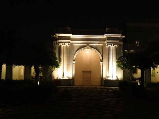 Taj Falaknuma Palace: One of the entrances of the courtyard