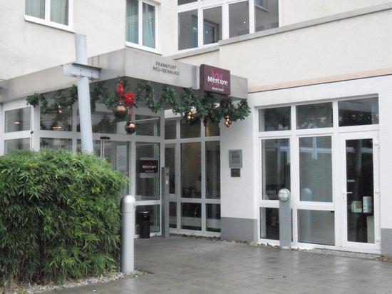 Mercure Hotel Frankfurt Airport Neu-Isenburg: クリスマスの飾りがなされた玄関