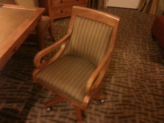 Embassy Suites by Hilton Santa Ana Orange County Airport: Outdated, uncomfortable desk chair