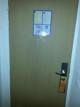Novotel Paris 13 Porte d'Italie: La nostra porta della camera da dentro.