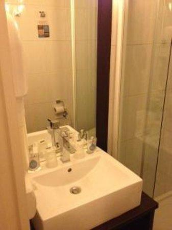 Kyriad La Fleche : salle de bain