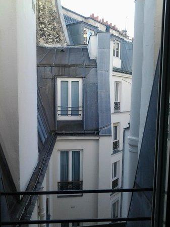Minerve Hotel : печальный вид из окна номера