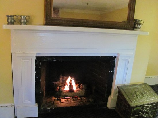 200 South Street Inn: Cozy fire in our spacious room