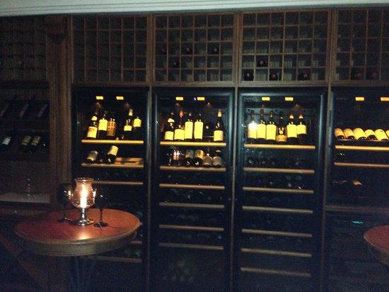 Maritim Resort & Spa Mauritius : Chateau Mon Desir: Weinkühlschrank mit Raritäten gefüllt
