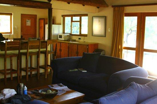 Sefapane Lodge and Safaris: Wohn-und Küchenbereich