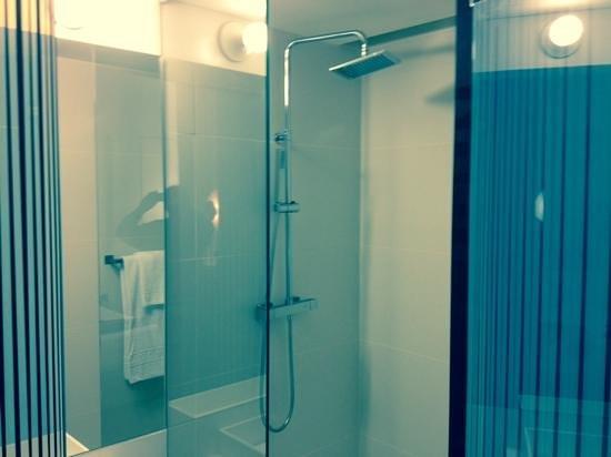H10 Urquinaona Plaza : shower