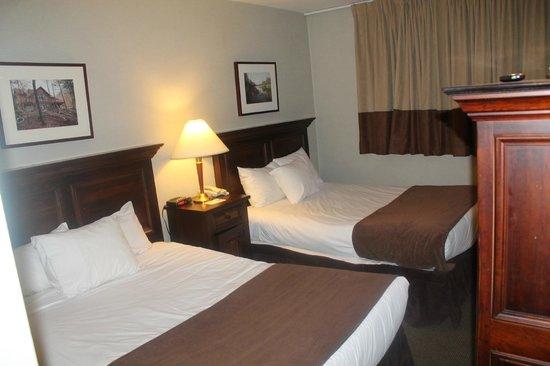 Town Inn Suites: Bedroom 1