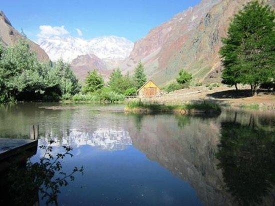 Refugio Lo Valdes: Teich auf dem Gelände der Lodge
