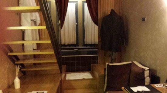 """Cour des Loges: chambre petite mezzanine . grande baignoire au bout du """"couloir"""""""