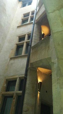Cour des Loges: un des nombreux recoins de l'hotel