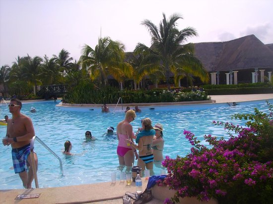 Grand Palladium Colonial Resort & Spa: Es una de las piscinas con bar.......hay muchas mas....