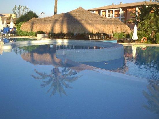 Blau Colonia Sant Jordi Resort & Spa: Ottimo bar accanto alla piscina