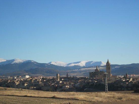LA POSTAL: vista de Segovia desde la puerta del restaurante.