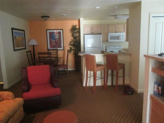 WorldMark Las Vegas - Tropicana Avenue : View of Living area, Kitchen and dinette table