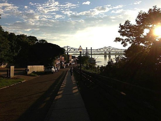 Natchez Grand Hotel: Under the Hill Tavern and Riverboat Casino