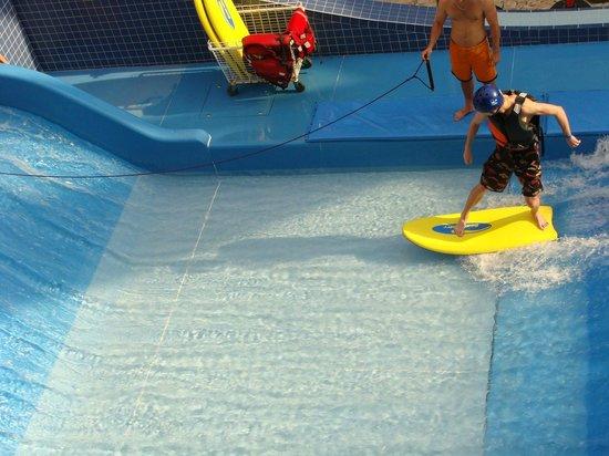 Aquaworld Resort Budapest: Piscina de surfe