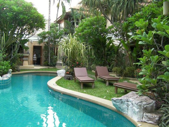 Le Viman Resort : jardin + piscine