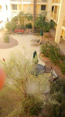 La Quinta Inn Phoenix Sky Harbor Airport: Inner courtyard was really nice.
