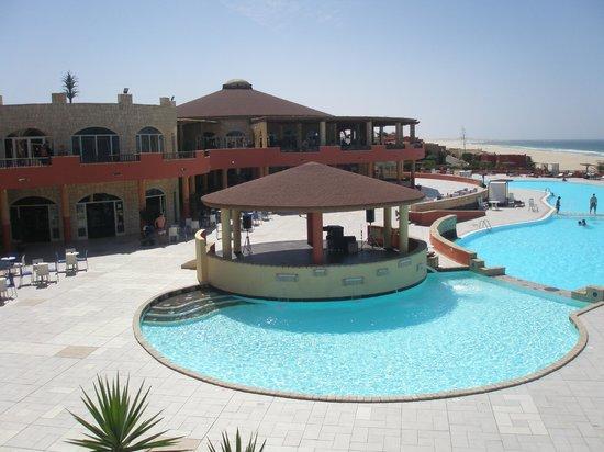Royal Horizons Boa Vista : l'espace piscine, restaurant derrière