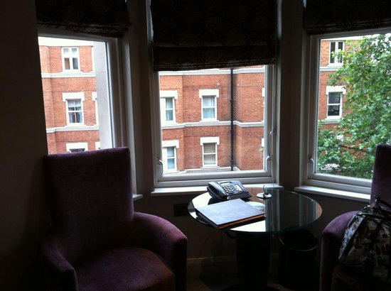 Radisson Blu Edwardian Bloomsbury Street: Room overlooking main road