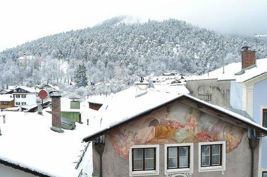 Hotel Gasthof Drei Mohren: Vista a las montañas desde la ventana.