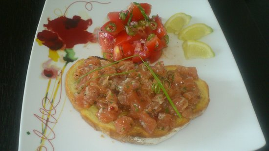 Chez Huguette : Tartare de saumon sur tartine toastée