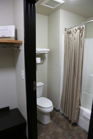 Oak Tree Inn: Guest Bath