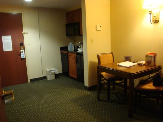 Holiday Inn Express Middletown / Newport: Dining area and kitchen