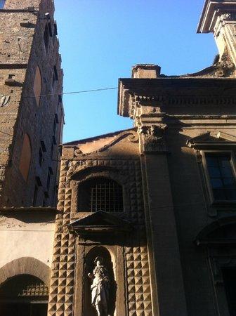 Basilica di Santa Trinita: Santa Trinita a Firenze, particolare della facciata