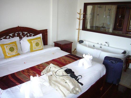 The View Pavilion - Boutique Hotel: baignoire à coté du lit!!!
