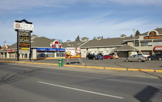 Colonial Square Inn & Suites: A view from east to west